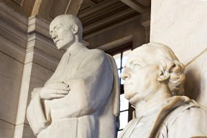 Deux statues du grand hall